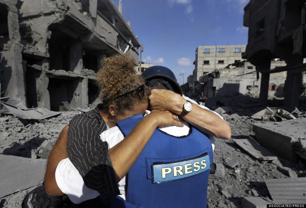 giornalista abbracciato da palestinese senza casa